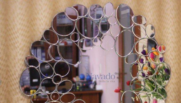Gương treo tường phòng khách điểm nhấn cho căn phòng