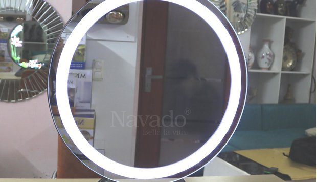 Khám phá gương trang điểm hỗ trợ đèn led và tăng độ nét khi soi