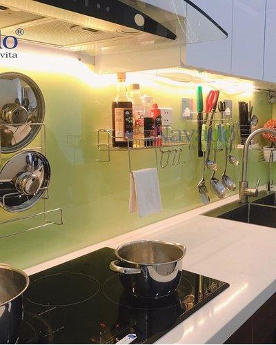 Kệ inox cài vung cho kính bếp màu