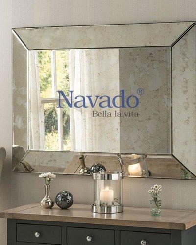 Gương màu mốc khói trang trí phòng khách